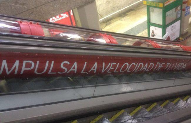 Acabado del Montaje de Escenario del Tobogan Vodafone en el Metro de Sol en Madrid