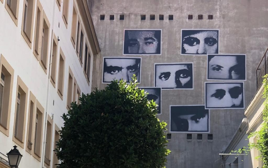 Mural en Fachada Exposición Sombras Blancas